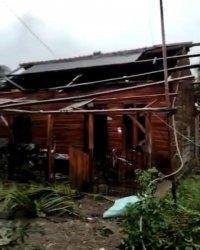 Rumah warga di Desa Cikawung, Kecamatan Terisi, Kabupaten Indramayu yang rusak akibat bencana puting beliung.