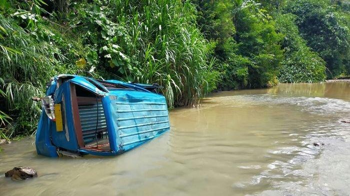 Angkot Cisaat - Cibadak Terjun Masuk Sungai di Nagrak Sukabumi, Sopir Langsung Dilarikan ke RS