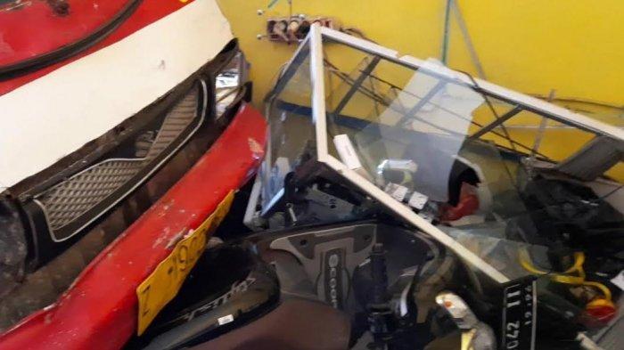Angkot 04 jurusan Pancasila-Mangkubumi, Kota Tasikmalaya, baru berhenti setelah menyeret motor Scoopy dan pengendaranya masuk counter HP di Jalan Tentara Pelajar, Selasa (13/4).