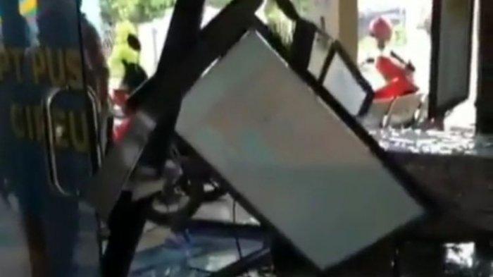 VIRAL Angkot Nyelonong Nabrak Gedung Puskesmas Cipeucang, Bagian Depan Hancur, Sopir Mau Ganti Rugi