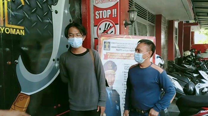 Asep (23), didampingi ayah kandungnya, Agus Suparman (56), sat menunggu masuk Lapas Kelas II B Tasikmalaya, Kamis (15/7).