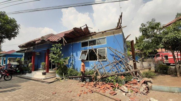 Breaking News: Atap Gedung Dinas Damkar Kota Cirebon Ambruk, Rangka Kayu dan Genting Berserakan
