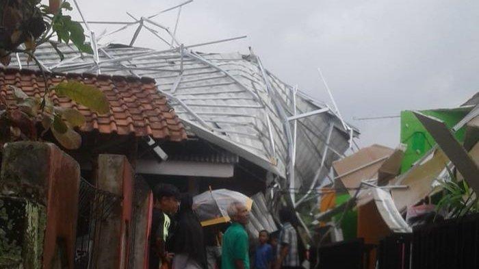 Angin Puting Beliung Mengamuk di Parungkuda Sukabumi, 6 Rumah Rusak, Atap Baja Ringan Pun Terbalik