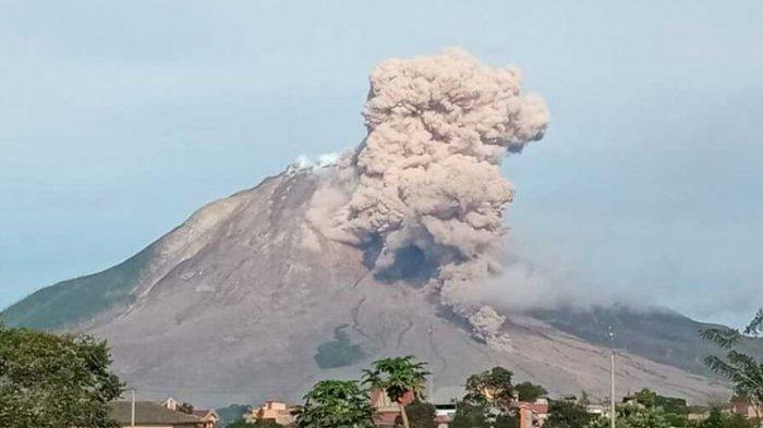 Gunung Sinabung Mengalami Erupsi Setinggi 4.500 Meter, Kini Statusnya Siaga