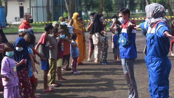 Badut Bung BEN dan Pekerja Milenial Pertamina saat mengajak bermain anak-anak di lokasi pengungsian di GOR Bumi Patra Indramayu, Kamis (1/4/2021).