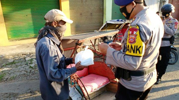 Batalyon C Pelopor Satbrimob Polda Jabar Bagikan Ratusan Paket Sembako ke Warga Cirebon & Purwakarta