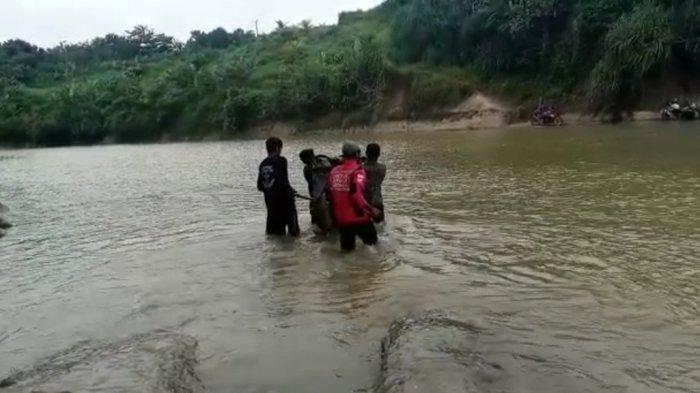Warga di perbatasan antara Desa Sukatani, Kecamatan Surade dan Desa Cidahu, Kecamatan Cibitung, Kabupaten Sukabumi, setiap hari menggotong motor untuk melintasi sungai Karangbolong.