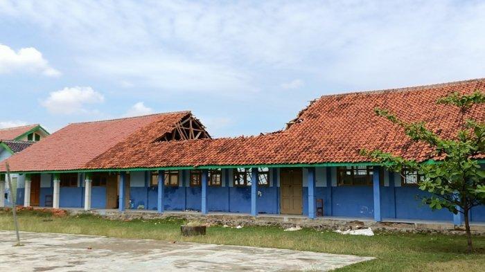 Bangunan laboratorium SMA Negeri 1 Lelea Roboh, Rabu (15/9/2021).