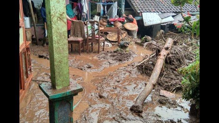 Banjir Bandang Terjang Kertasari Kabupaten Bandung, Puluhan Rumah Rusak Dihantam Lumpur dan Kayu