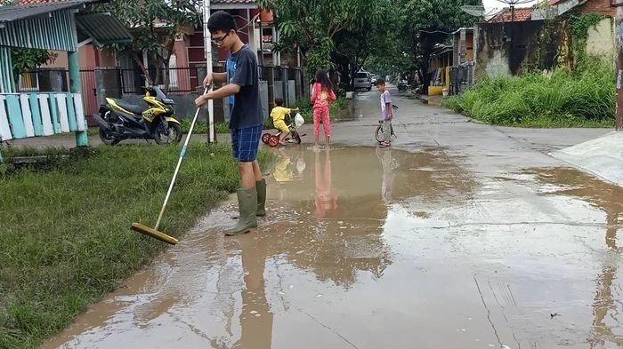 Usai Banjir, Warga Perum Gunungsari Kasokandel Majalengka Bersihkan Material Lumpur