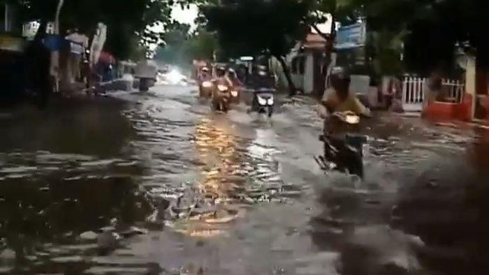 Belum Usai Derita Ledakan dan Kebakaran di Pertamina, Warga Indramayu Hari Ini Dikepung Banjir