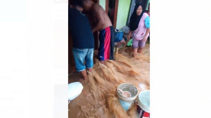 Banjir Menerobos Rumah Warga Desa Mekarjaya Kuningan, Barang Terbawa Arus, Sempat Bikin Heboh