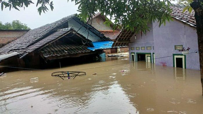 Banjir di Indramayu Terus Meluas, di Desa Kertasemaya Sejumlah Rumah Hanya Terlihat Atapnya Saja