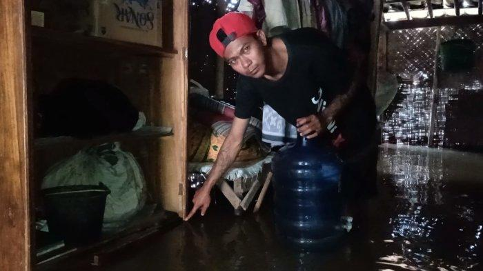 Pemukiman warga yang terendam banjir di Desa/Kecamatan Widasari, Kabupaten Indramayu, Selasa (5/1/2021).