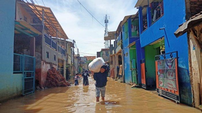 Lama Tak Banjir, Dayeuhkolot Kembali Tergenangi Air Sepaha Orang Dewasa, Warga Bertahan di Rumah