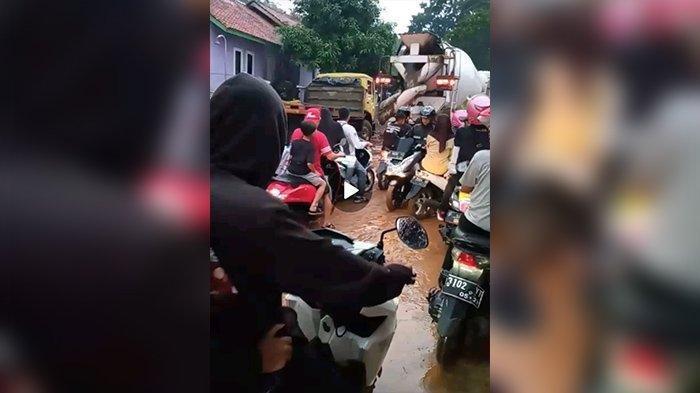 BREAKING NEWS - Banjir Bandang Terjang Kertasari, Satu Unit Motor Hanyut Terbawa Arus, BPBD Evakuasi