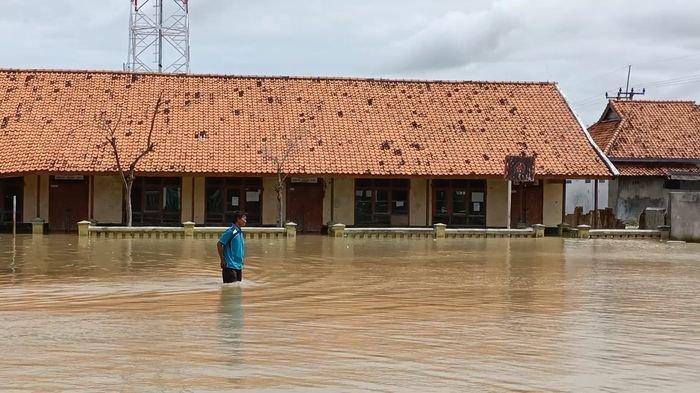 Banjir rob yang merendam bangunan SD Negeri Eretan Wetan 2 di Kecamatan Kandanghaur, Kabupaten Indramayu, Rabu (13/1/2021).
