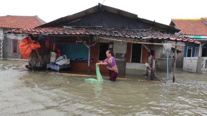 BREAKING NEWS - Ribuan Rumah di Pesisir Indramayu Diterjang Banjir Rob, Ketinggian Air 1 Meter