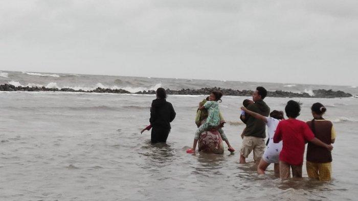 Banjir Rob Menerjang Desa Eretan Kulon dan Desa Eretan Wetan Indramayu, Warga Terpaksa Mengungsi