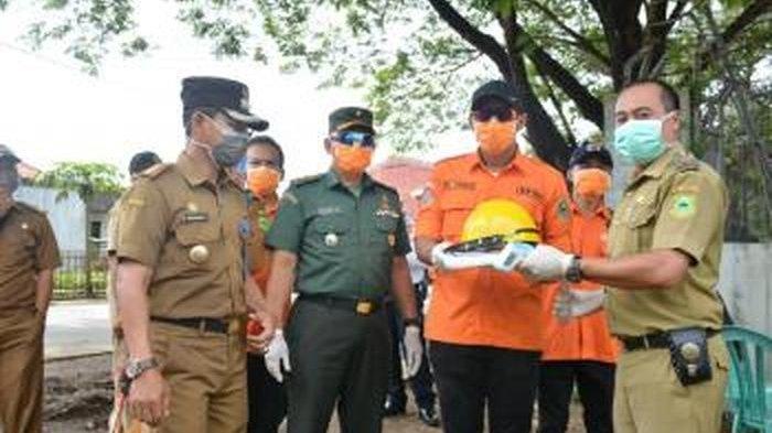 Wabup Kuningan Ridho Suganda Berikan Bantuan APD untuk Petugas Posko Check Point di Perbatasan