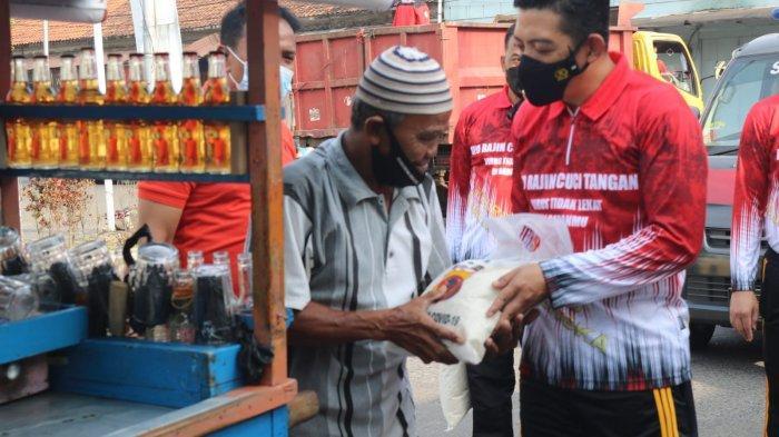Jumat Berkah, Sambil Jalan Santai Kapolres Majalengka Bagikan Bansos ke PKL Hingga Pemulung