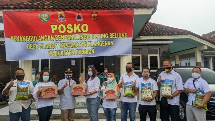 Bantu Warga Terdampak Puting Beliung di Desa Slangit Cirebon, Grage Group Berikan Paket Sembako
