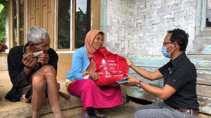 Warga Terdampak Covid-19 dan Korban Banjir Terima Ratusan Paket Sembako