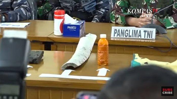 Barang-barang dan serpihan diduga dari KRI Nanggala-402 ditemukan tim SAR TNI AL.