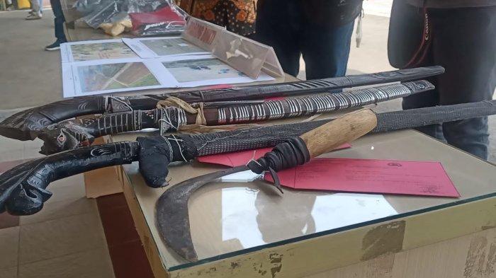 Barang Bukti senjata yang digunakan pelaku menghabisi nyawa petani di lahan tebu PG Jatitujuh, Rabu (6/10/2021).
