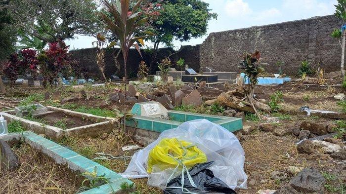 Setelah Dibongkar Polisi, di Sekitar Makam Tuti & Amalia Masih Berserakan Barang Sisa Autopsi Ulang