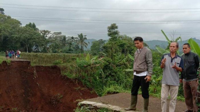 Jalan Desa Berkontruksi Beton Ambrol di Salawu Tasikmalaya, 80 KK Terisolasi