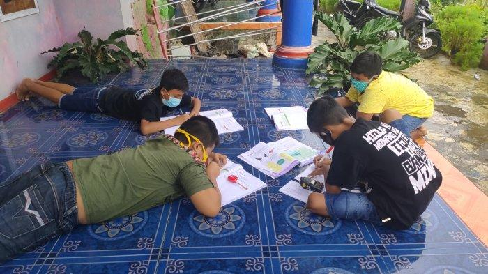 Susah Sinyal, Murid SD Cengal 4 Majalengka Belajar Online Pakai Radio HT Bantuan dari TNI