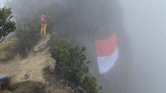 Bendera Merah Putih Besar Dikibarkan di Kawah Gunung Ciremai, Ini Kata Kepala BPBD Kuningan