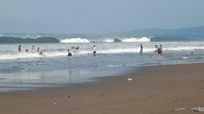 Wisatawan Ngeyel Tetap Berenang di Pantai, Padahal Gelombang Pantai Selatan Masih Tinggi