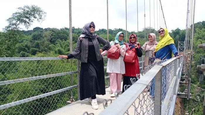 VIRAL Jembatan Gantung di Kelurahan Winduhaji Kuningan Jadi Spot Foto Selfie Komunitas Emak-emak