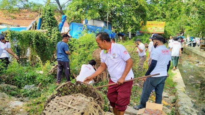 Sehari Jelang Pendaftaran ke KPU Indramayu, Relawan Kang Toto Kerja Bakti Bersihkan Pasar