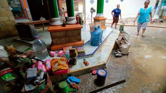 Warga Pangkalanpari Korban Banjir Majalengka Belum Dapat Bantuan, Air Surut Langsung Bersihkan Rumah