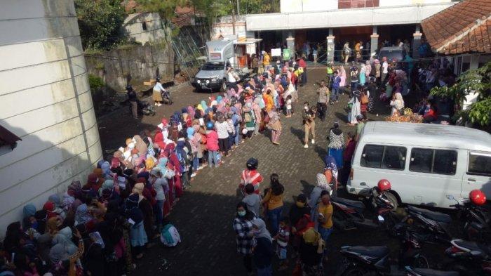 Penerima bantuan UMKM di Kabupaten Sumedang saat berkerumun di Graha Insun Medal.