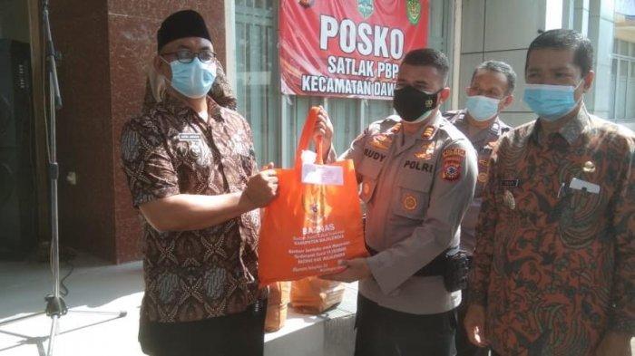 Binmas Polres Majalengka Salurkan Bansos Bagi Warga Terdampak PPKM Level 3 dari Baznas