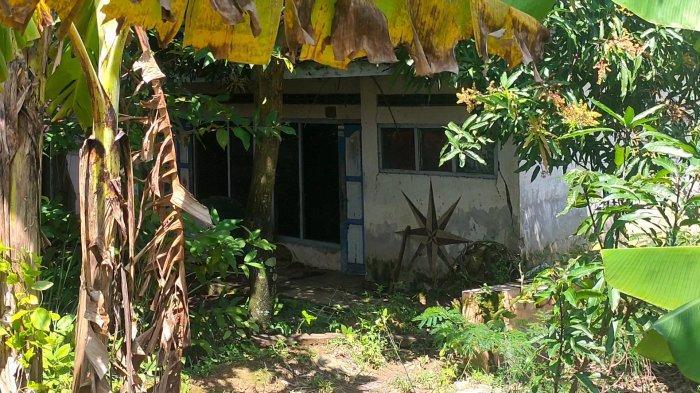 Blok Tarikolot, Desa Sidamukti, Kecamatan/Kabupaten Majalengka yang sudah ditinggal oleh para pemilik rumahnya. Kini kesan kumuh dan angker menghinggapi Kampung yang terdapat 30 rumah itu.