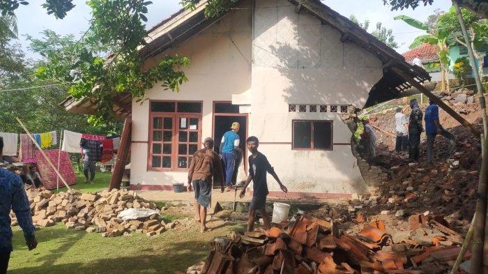 Rumah milik Dala (55) warga Desa Ujungberung, Kecamatan Sindangwangi, Kabupaten Majalengka rusak parah akibat longsor