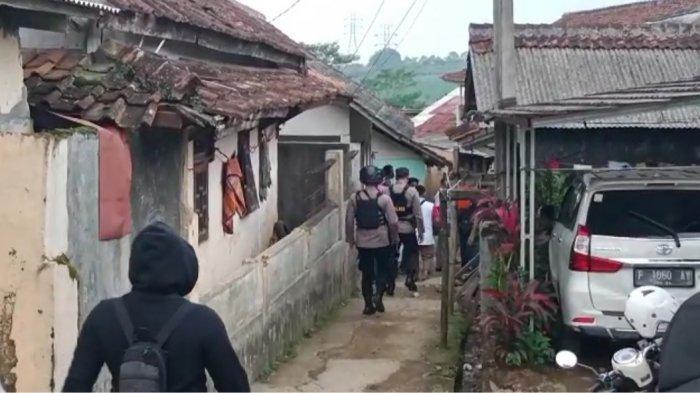Rumah Terduga Teroris di Sukabumi Digeledah Densus 88, Sang Istri Hanya Tahu Suami Kerja Jadi Sopir