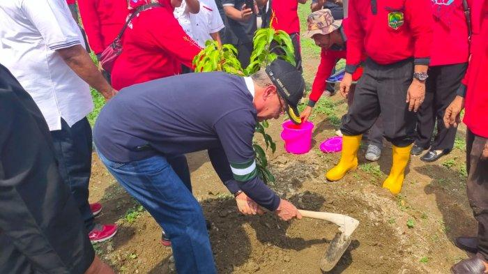 Ribuan Pohon Mangga Ditanam di Lahan Bekas TPA Sampah Blok Leuwiorok Majalengka