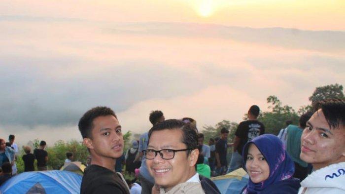 Sunrise Bukit Pamoyanan Mengagumkan, Wabup Subang Pun Menginap di Puncak Bukit