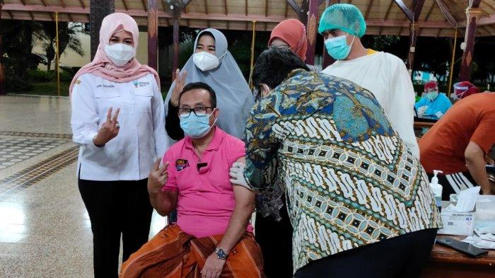 Bupati Cirebon, Imron Rosyadi, dan musisi Charly Van Houtten disuntik vaksin Covid-19 di Pendopo Bupati Cirebon, Jalan Kartini, Kota Cirebon, Rabu (3/3/2021) malam.