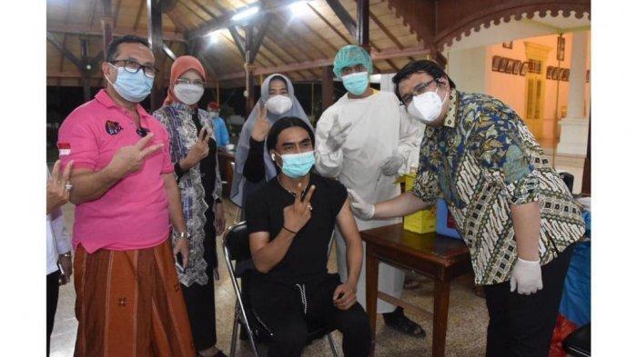 Charly Van Houten dan Bupati Cirebon Imron Rosyadi Disuntik Vaksin Covid-19 Tadi Malam