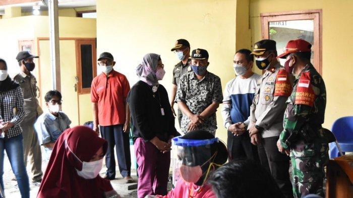 Bupati Indramayu saat meninjau kegiatan vaksinasi massal di Desa Ranjeng, Kecamatan Losarang, Kabupaten Indramayu, Sabtu (10/7/2021)