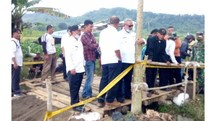 Bupati Kuningan Pantau Langsung Kondisi Ambruknya Jembatan di Kecamatan Cimahi