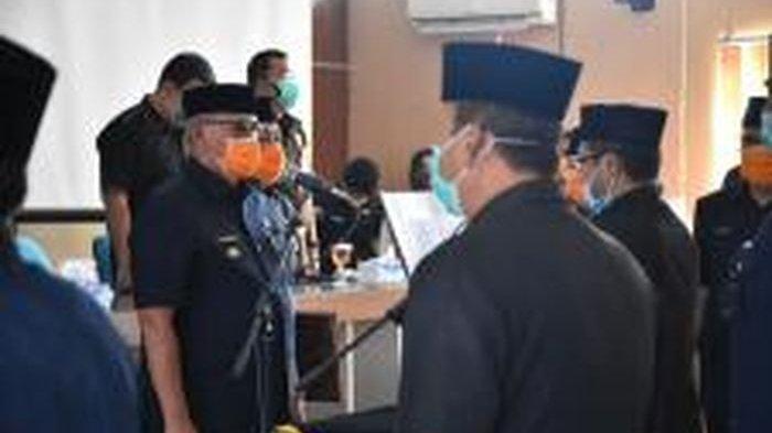 Cegah Covid-19, Bupati Kuningan dan Pejabat yang Dilantik Pakai Masker, Duduk Pun Berjauhan