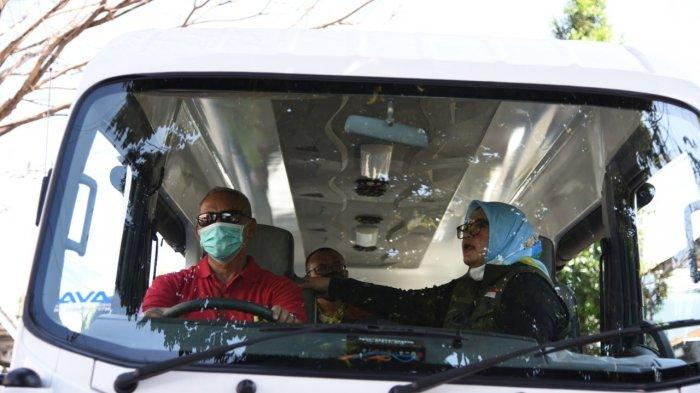 Bupati Kuningan Acep Purnama Mengemudikan Angkutan Paket Sembako, Salurkan Bantuan ke Yatim Piatu